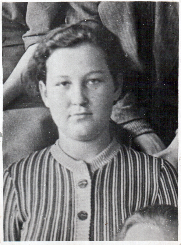 """Зоя Космодемьянская - увеличенный фрагмент с общего фото 9 """"А"""" класса 201-й школы. 1941 год."""
