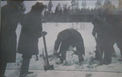 24 января 1942 года. Петрищево. Пётр Лидов и местные жители вскрывают могилу казнённой партизанки.