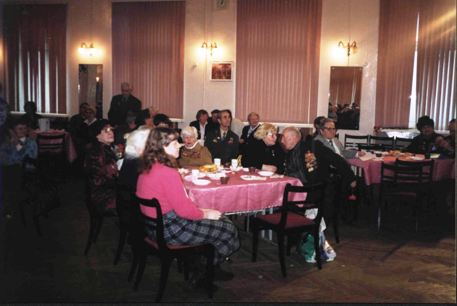 Декабрьская встреча ветеранов в/ч №9903 в московской школе №1272 в 2000 году. На переднем плане - Е.Г. Иванова (исследователь подвига Зои Космодемьянской, друг части №9903).