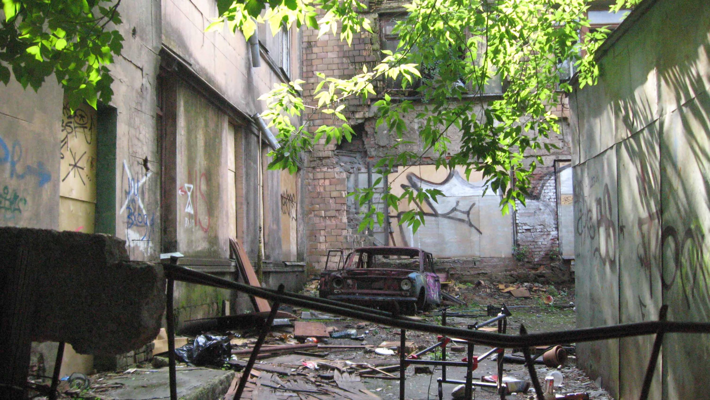 Историческое здание московской школы №201 имени Зои и Александра Космодемьянских. Сад во дворе школы. 2011 год.