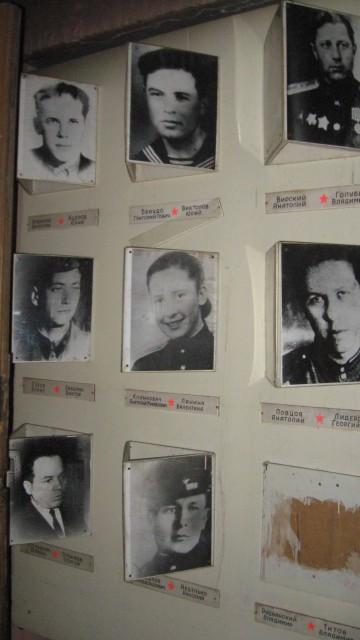 Историческое здание московской школы №201 имени Зои и Александра Космодемьянских. Стенд с портретами воевавших учеников рядом со входом в музей. 2011 год.