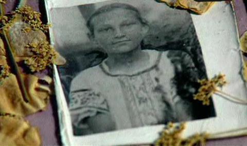 Зоя Космодемьянская в 1936 году. Это фото сестры после её гибели Саша Космодемьянский вмонтировал в рамку с сухими цветами. Сейчас этот экспонат хранится в музее 201-й школы.