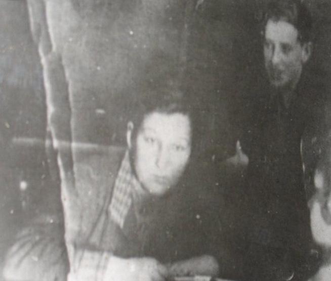 """7 """"А"""" класс, 1939 год. Групорг Зоя Космодемьянская ведёт комсомольское собрание. На фото рядом с ней одноклассник Арнольд Гриф."""