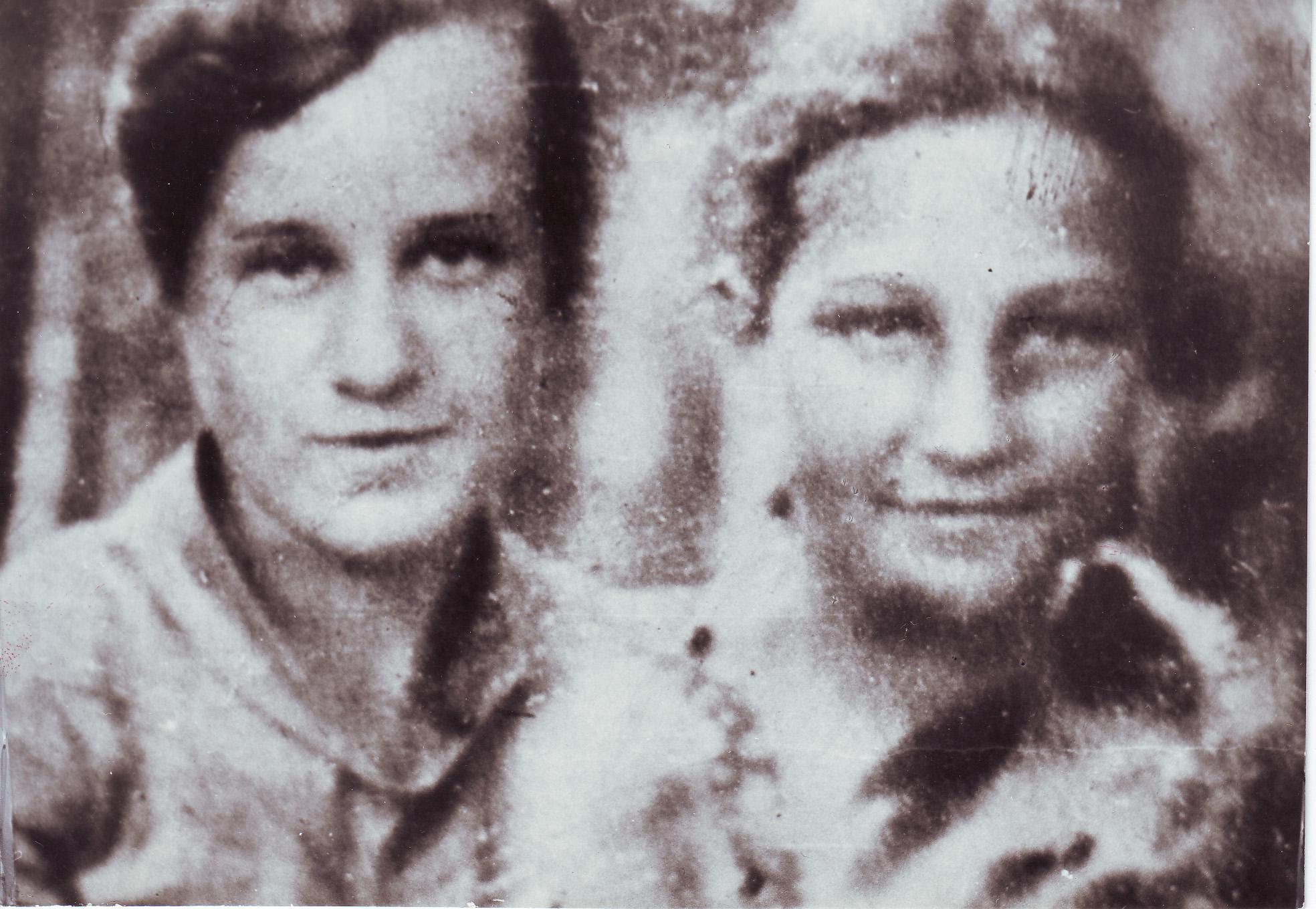 Зоя Космодемьянская с тётей Ольгой Тимофеевной Чуриковой, старшей сестрой Л. Т. Космодемьянской. 1936 год.
