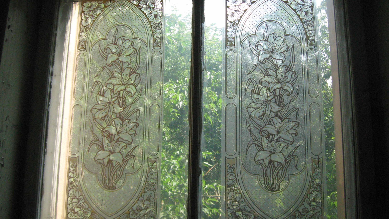 Историческое здание московской школы №201 имени Зои и Александра Космодемьянских. Окно на лестнице. 2011 год.