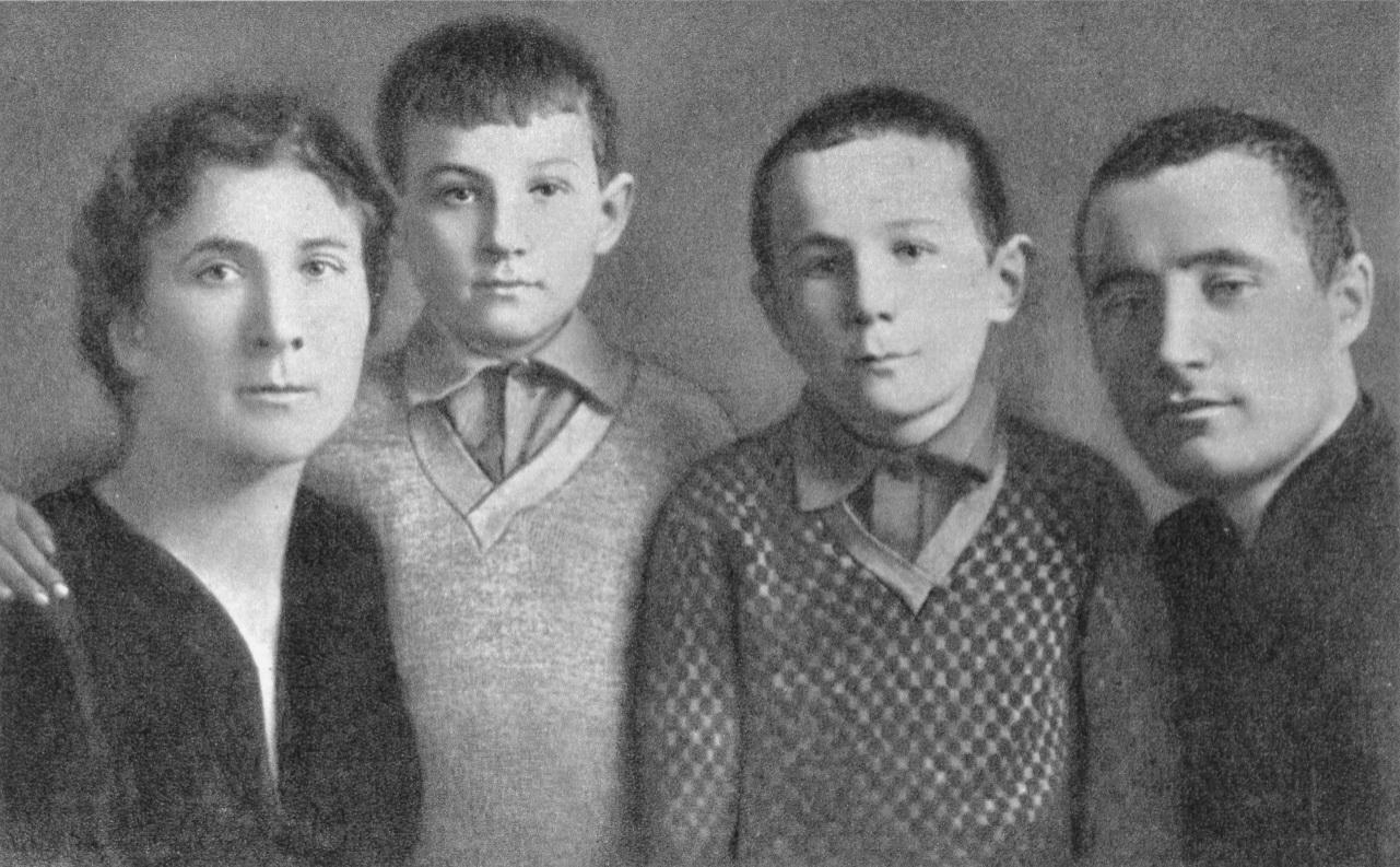 Любовь Тимофеевна, Зоя, Саша и Александр Петрович после переезда в Москву в 1931 году.