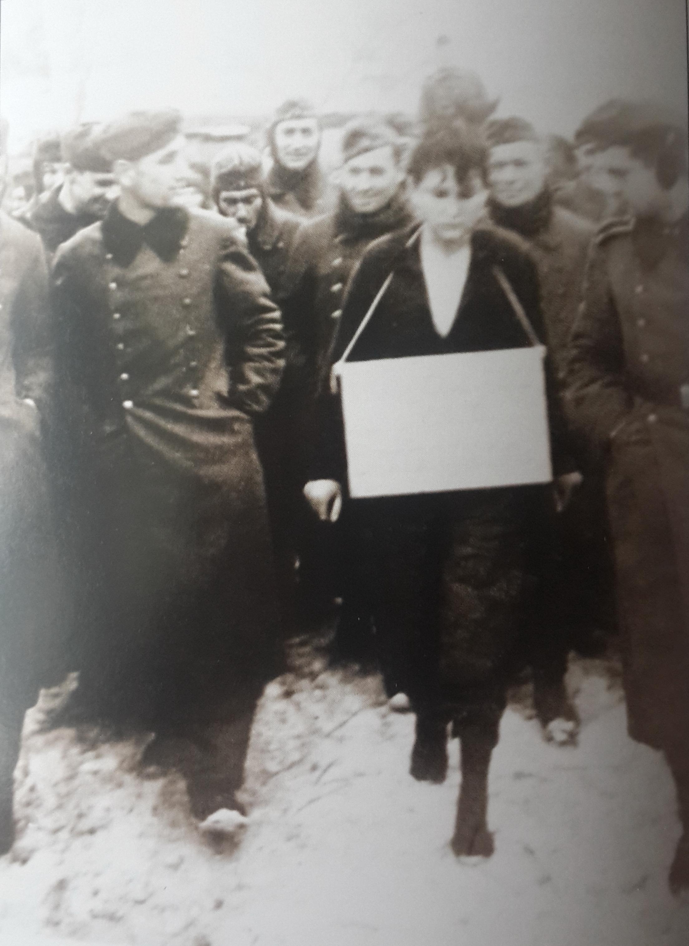 29 ноября 1941 года. Петрищево. Немецкие солдаты ведут на казнь Зою Космодемьянскую.