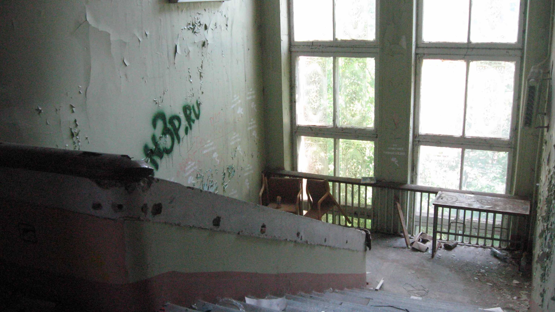 Историческое здание московской школы №201 имени Зои и Александра Космодемьянских. Вид лестницы с третьего этажа. 2011 год.