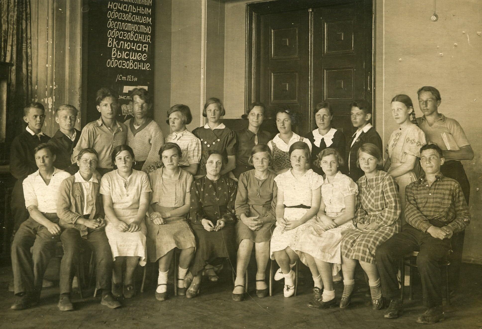 """5 """"А"""" класс, 1937 год. Зоя Космодемьянская - шестая справа в верхнем ряду, Саша Космодемьянский - крайний справа в нижнем ряду. В центре - классный руководитель Екатерина Михайловна Левитова"""