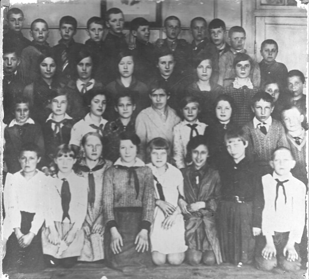 """4 """"А"""" класс, 1936 год. Зоя Космодемьянская - четвёртая слева во втором ряду, Саша Космодемьянский - крайний справа в третьем ряду. В центре - классный руководитель Лидия Николаевна Юрьева."""