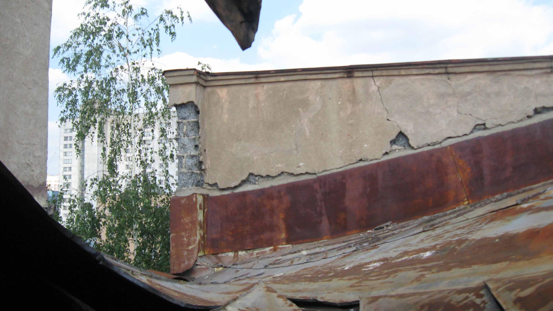Историческое здание московской школы №201 имени Зои и Александра Космодемьянских. Вид на крышу со стороны обвалившегося перекрытия. 2011 год.