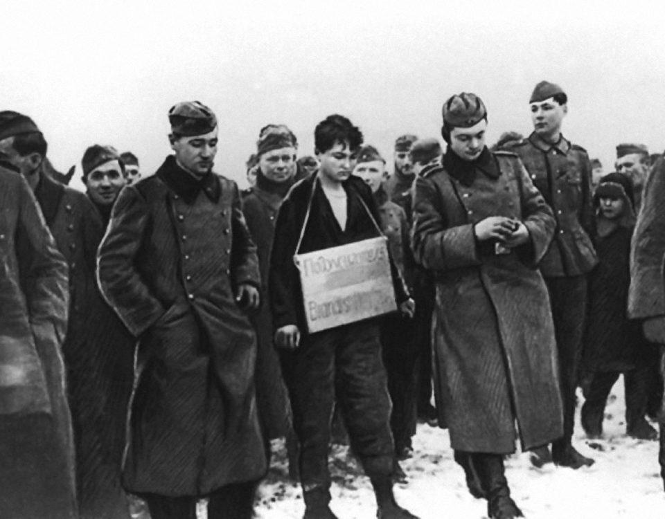 Зою Космодемьянскую ведут на казнь. 29 ноября 1941 года.