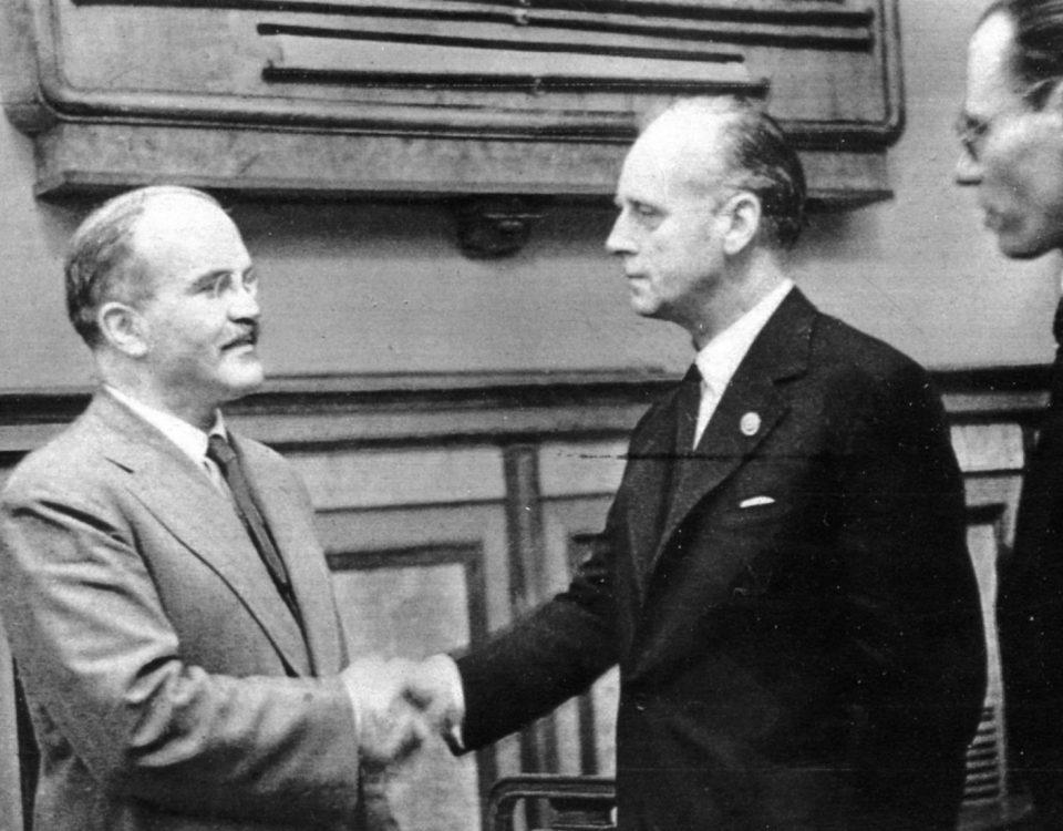 Вячяслав Молотов и Иоахим фон Риббентроп пожимают руки после подписания пакта.