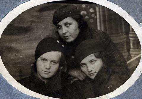 Слева направо: Вера Волошина, Клава Бородулина (вверху), Валя Жиганова. Кемерово, апрель 1936 года