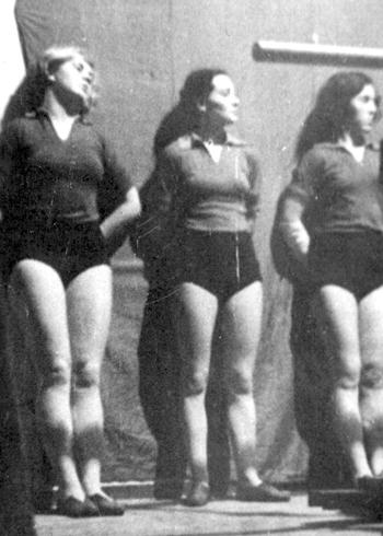 Вера крайняя слева на занятиях в институте физкультуры. 1937 год