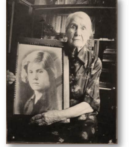 Клавдия Лукьяновна Волошина с портретом погибшей дочери Веры