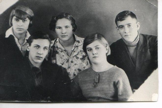 Школьные товарищи. Вера Волошина в нижнем ряду справа. За её спиной стоит Юрий Двужильный.