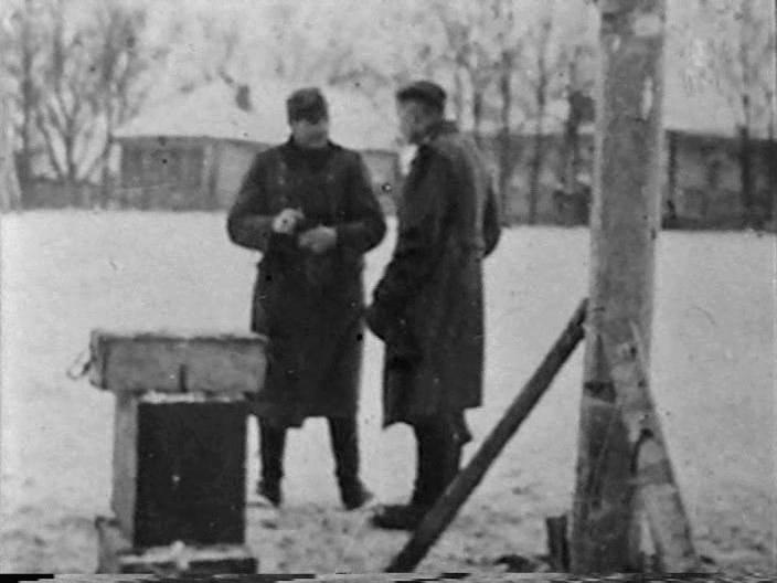 Немецкие солдаты готовят виселицу для пойманной девушки-партизанки. Петрищево, 29 ноября 1941 года