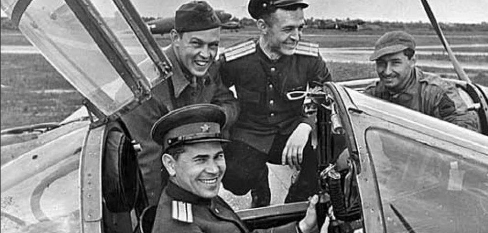 Последний снимок Петра Лидова. С американскими и советскими лётчиками на аэродроме близ Полтавы. 2 июня 1944 года.