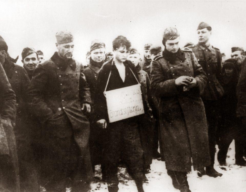 Зою Космодемьянскую ведут на казнь. Петрищево, 29 ноября 1941 года.