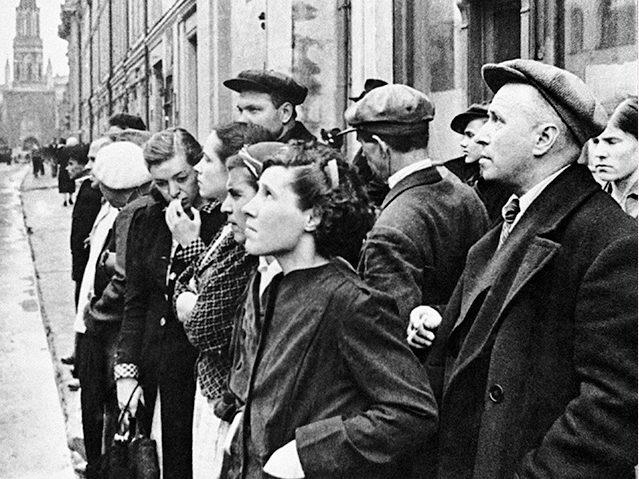 """Фотография Евгения Халдея """"Первый день войны"""". Москвичислушают сообщение о нападении гитлеровской Германии на СССР. 22 июня 1941 год."""