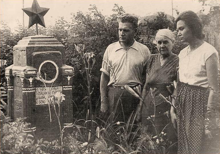 Георгий Николаевич Фролов, Клавдия Лукьяновна Волошина, Валентина Михайловна Фролова (Залозная) возле братской могилы в Крюково. 1958 год.