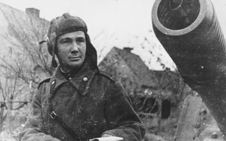 Александр Космодемьянский возле своей самоходки. Восточная Пруссия. 1945 год.