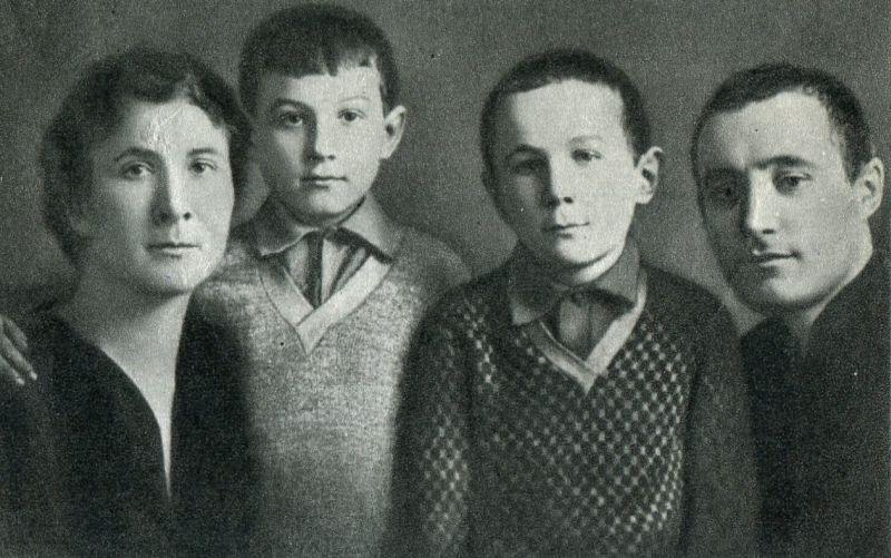 Любовь Тимофеевна, Зоя, Саша и Анатолий Петрович Космодемьянские после переезда в Москву в 1931 году