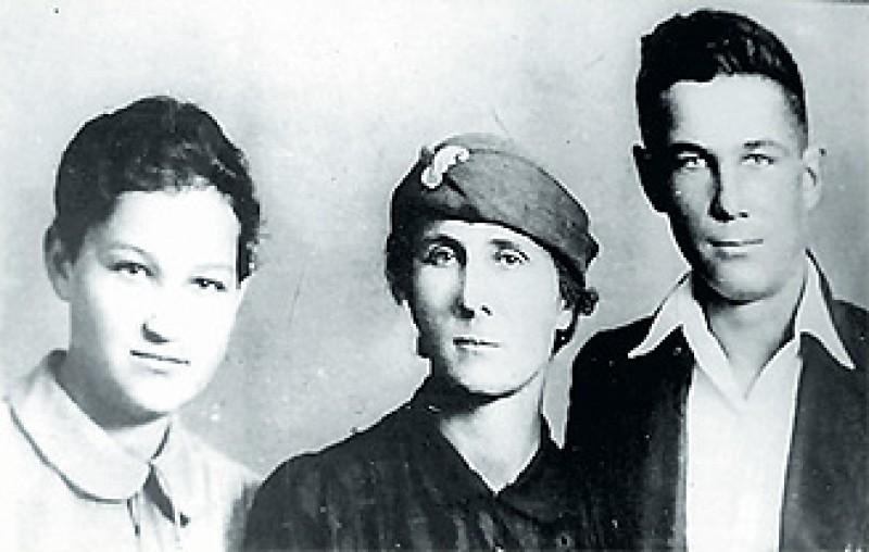Зоя и Саша Космодемьянские с мамой Любовью Тимофеевной. Июнь 1941 года.