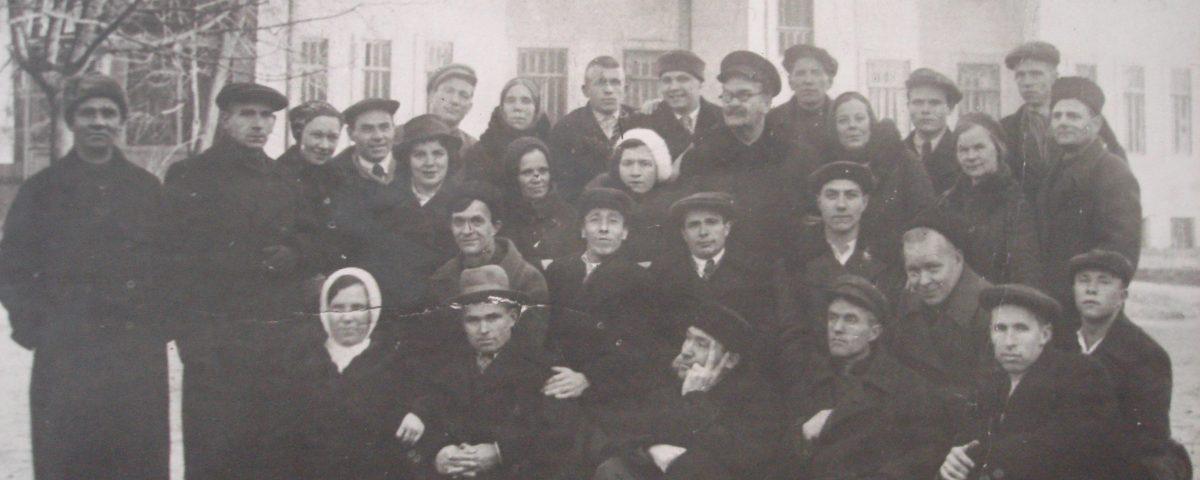 """Фотография, на которой Аркадий Гайдар сфотографирован в группе отдыхающих в санатории """"Сокольники"""". По словам вдовы Гайдара на фото также присутствует и Зоя Космодемьянская (третья слева в шапочке)."""