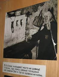 П. Я. Кулик показывает место в своём доме, где провела последнюю ночь Зоя. Фото из экспозиции музея 201-й школы.